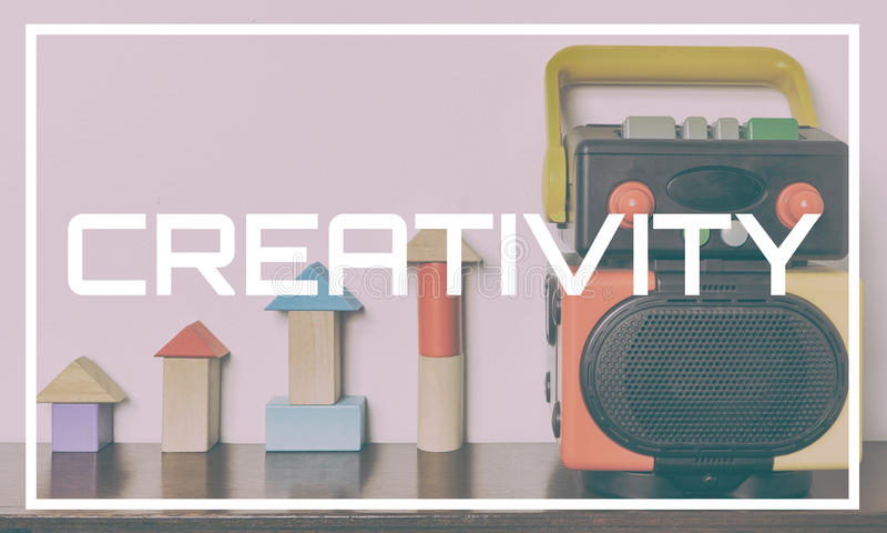 Kreativitäts-Konzept mit buntem Roboterspielzeug für Bildung lizenzfreies stockbild