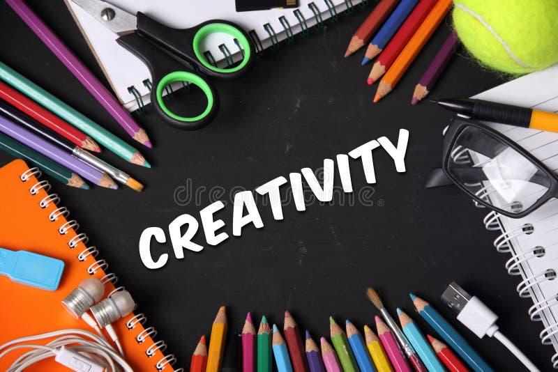 Kreativitet anmärker på svart tavla arkivbilder