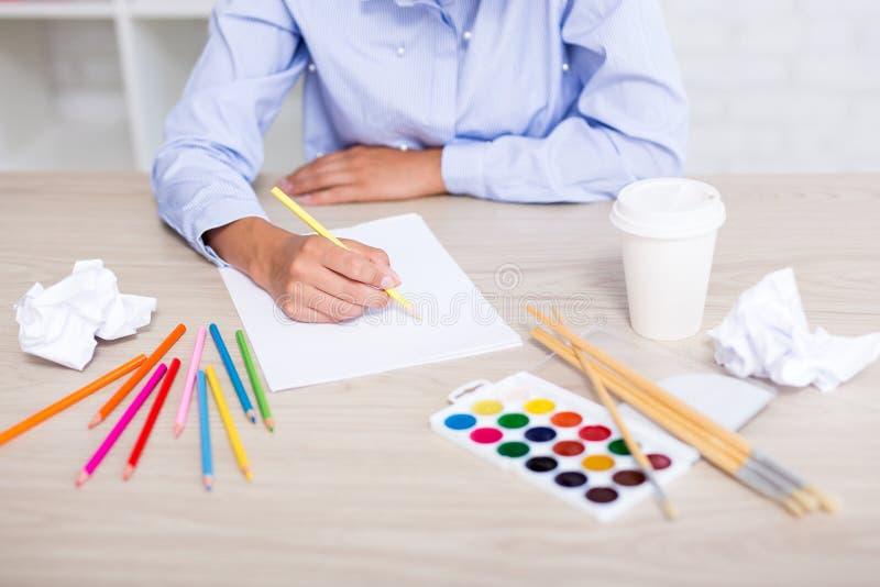 Kreativitet, idé och inspirationbegrepp - idérik kvinnadrawin arkivfoton