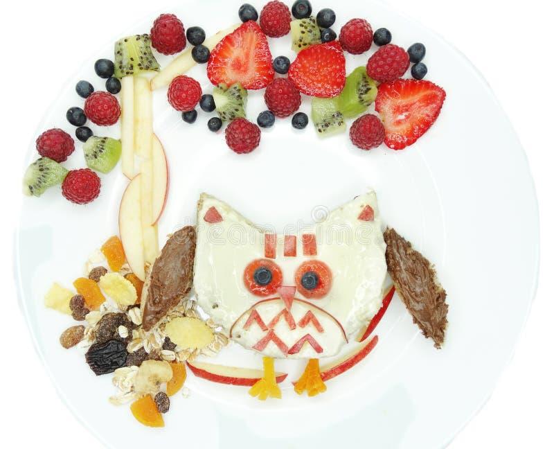 Kreatywnie śniadanie z owocowym i słodkim nutella na chlebie zdjęcie royalty free