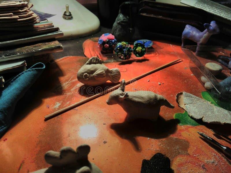 Kreatywnie życie wciąż tworzył w trakcie sculpting od gliny zdjęcia royalty free