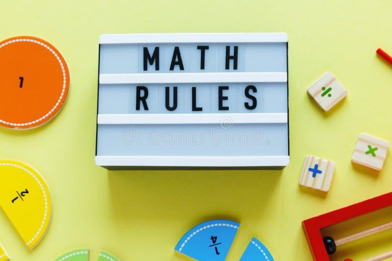 Kreatywnie Сolorful bloki, lekki pudełko, frakcje na żółtym tle Ciekawa śmieszna matematyka dla dzieciaków Edukacja szko?a, z pow fotografia stock