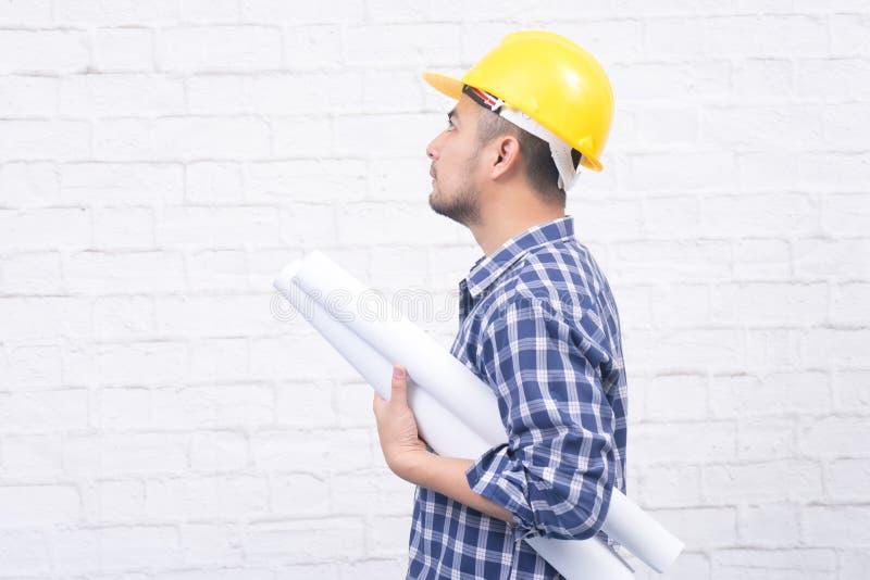 Kreatywnie architekta lub inżyniera mienia projekt stacza się być ubranym y zdjęcie royalty free