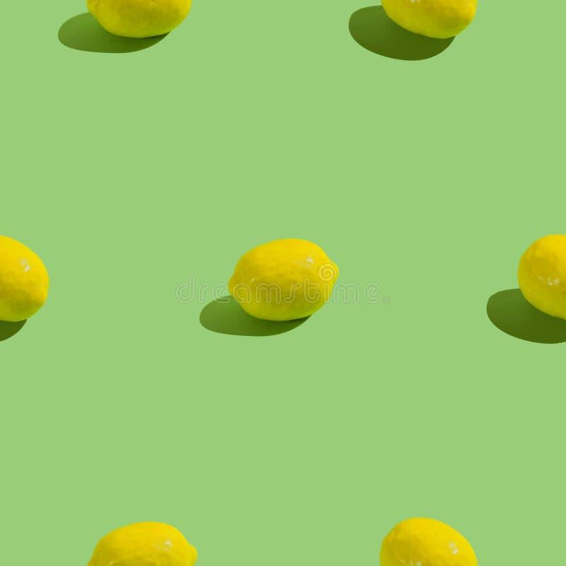 Kreatywnie bezszwowy wzór z cytryną na zielonym tle tropikalny abstrakcjonistyczny tło zdjęcia royalty free
