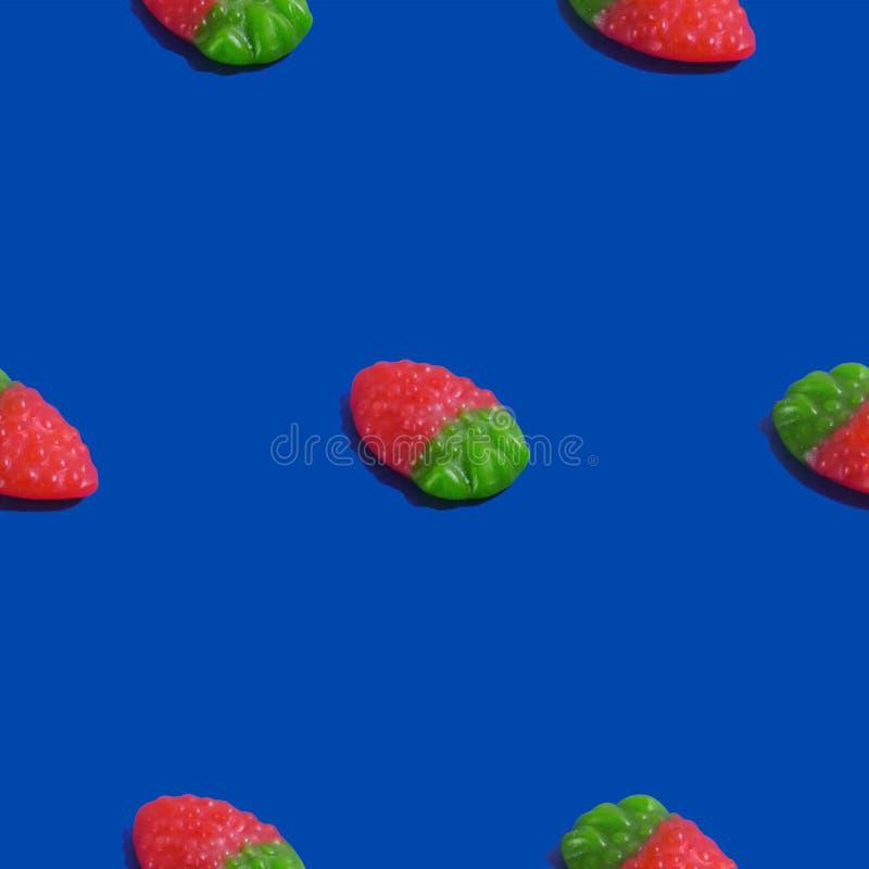 Kreatywnie bezszwowy wzór z galaretową malinką na błękitnym tle Cukierku abstrakta tło zdjęcia royalty free