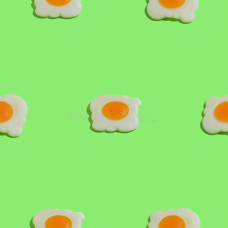 Kreatywnie bezszwowy wzór z rozdrapanymi jajkami na zielonym tle Karmowy abstrakcjonistyczny tło obraz stock