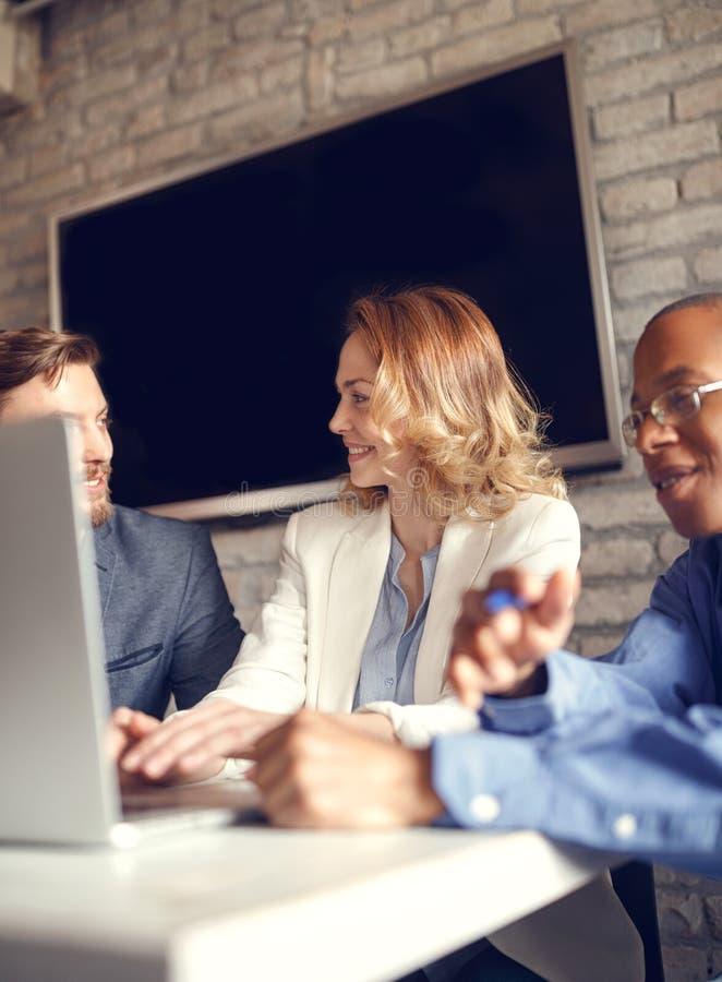 Kreatywnie biznes drużyna pracuje mocno wpólnie na komputerze zdjęcie royalty free
