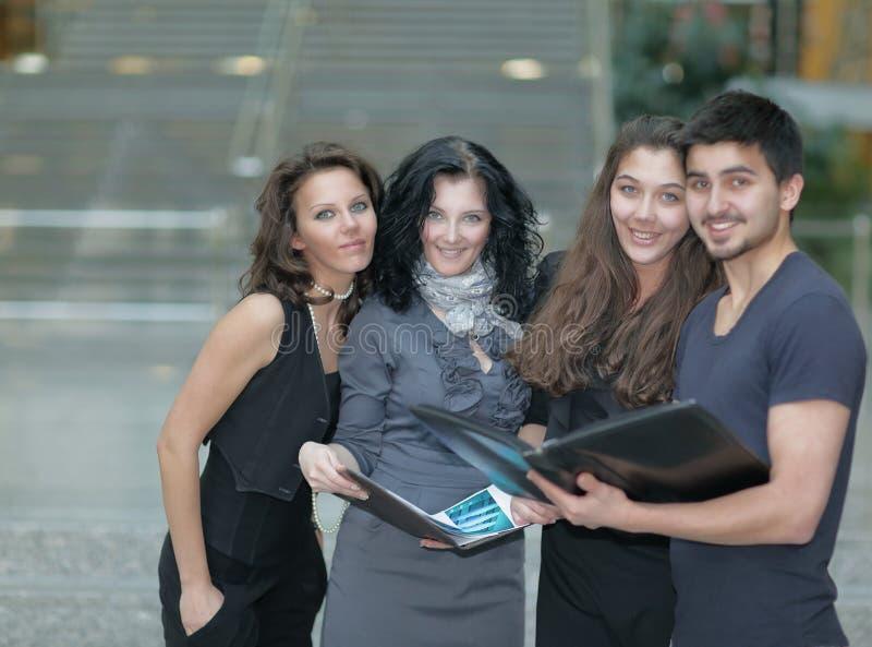 Kreatywnie biznes drużyna stoi blisko budynku biurowego obrazy stock