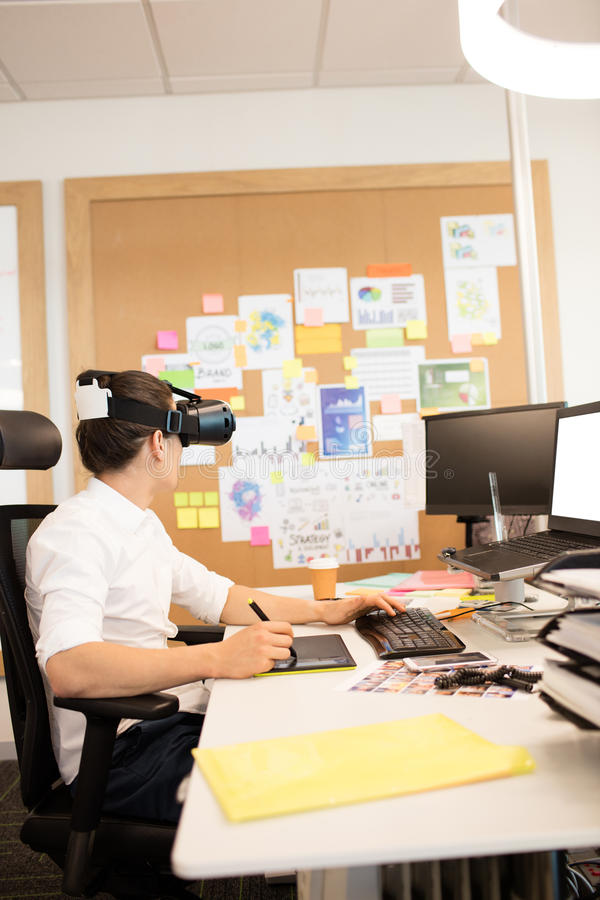 Kreatywnie biznesmen używa digitizer i VR szkła zdjęcie stock
