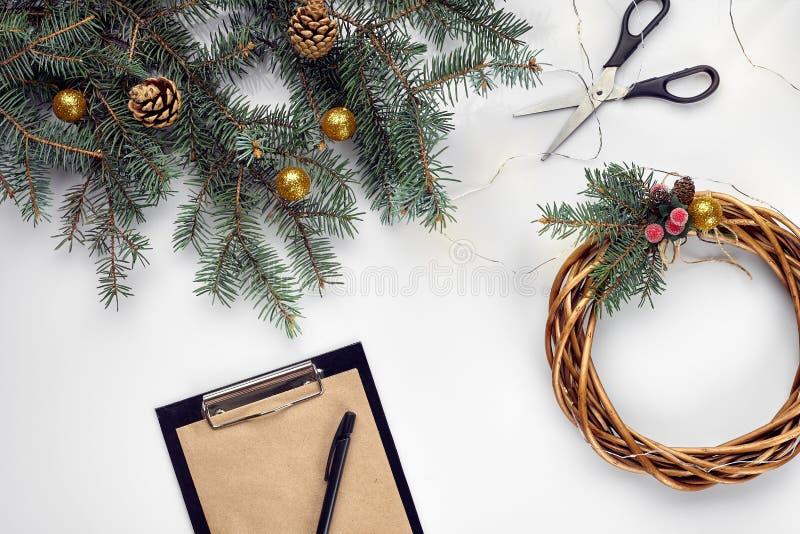 Kreatywnie boże narodzenia diy Kobieta robi handmade xmas wiankowi Domowy czas wolny, narzędzia, błyskotki i szczegóły dla wakacj fotografia royalty free