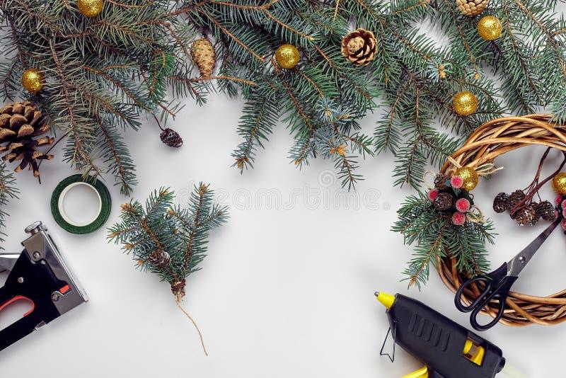 Kreatywnie boże narodzenia diy Kobieta robi handmade xmas wiankowi Domowy czas wolny, narzędzia, błyskotki i szczegóły dla wakacj zdjęcie stock