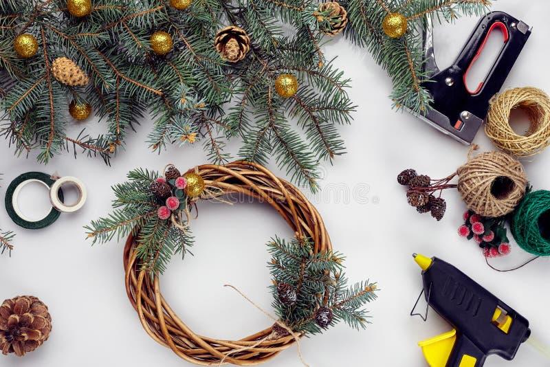Kreatywnie boże narodzenia diy Kobieta robi handmade xmas wiankowi Domowy czas wolny, narzędzia, błyskotki i szczegóły dla wakacj zdjęcie royalty free