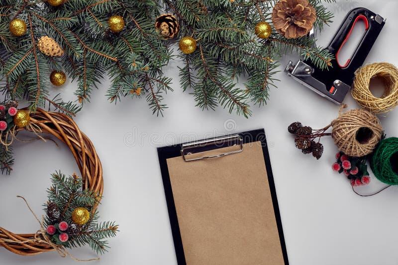 Kreatywnie boże narodzenia diy Kobieta robi handmade xmas wiankowi Domowy czas wolny, narzędzia, błyskotki i szczegóły dla wakacj fotografia stock