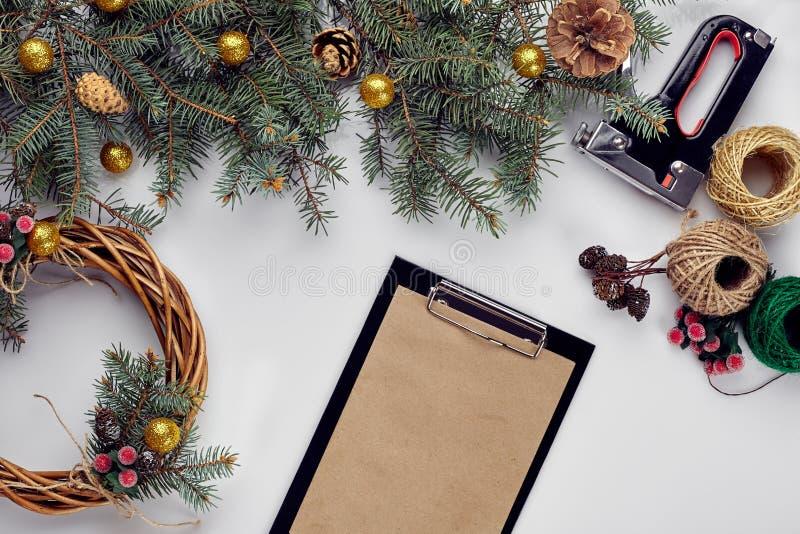 Kreatywnie boże narodzenia diy Kobieta robi handmade xmas wiankowi Domowy czas wolny, narzędzia, błyskotki i szczegóły dla wakacj obraz stock
