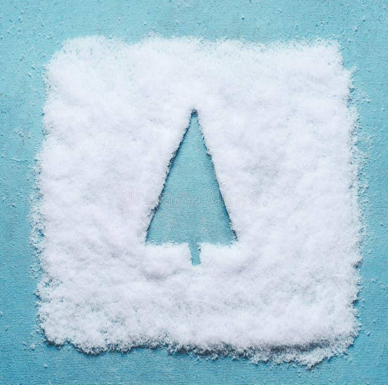 Kreatywnie Bożenarodzeniowy pojęcie z choinka symbolu sylwetką robić w śniegu na bławym tle zdjęcie stock