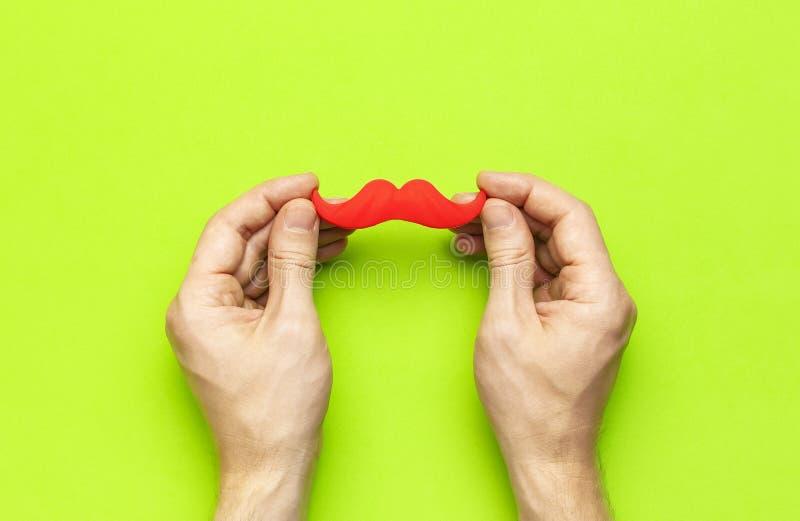 Kreatywnie dekoracji pojęcia mężczyzn partyjne ręki trzymają czerwonego wąsy, wsparcia dla fotografii booths, karnawałów przyjęci zdjęcie royalty free