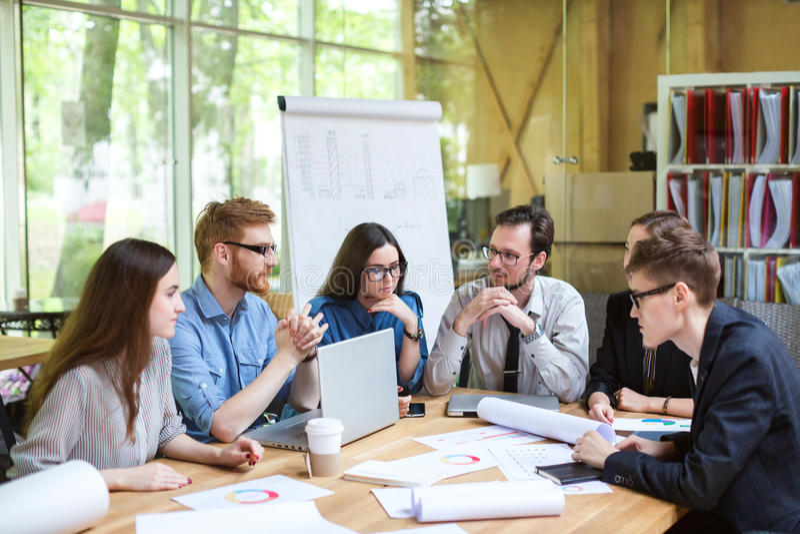 Kreatywnie drużyna profesjonaliści przy stołem obrazy stock