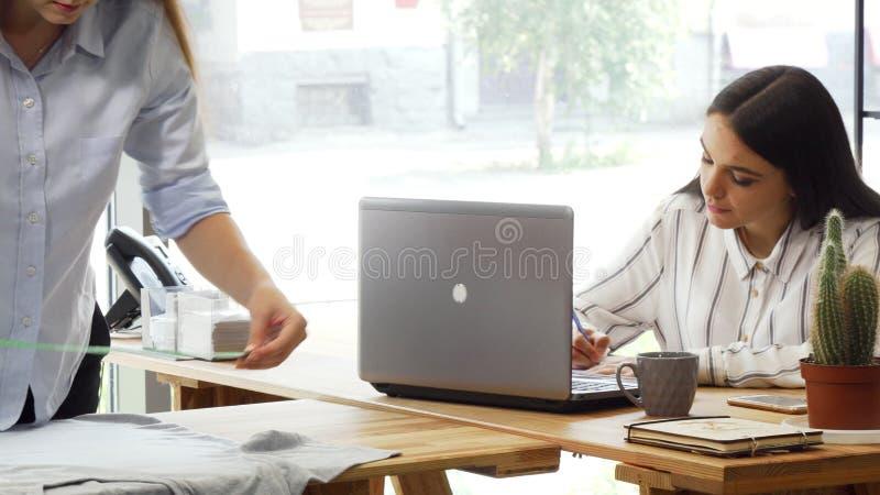 Kreatywnie drużyna projektanci mody pracuje przy biurem wpólnie fotografia stock