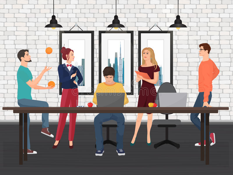 Kreatywnie drużyna w coworking centrum Różnorodni młodzi ludzie pracuje wpólnie i opowiada przy stołem w biurze royalty ilustracja