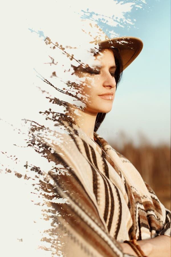 Kreatywnie dwoisty ujawnienie piękna boho kobieta przy zmierzchem w mo zdjęcie royalty free