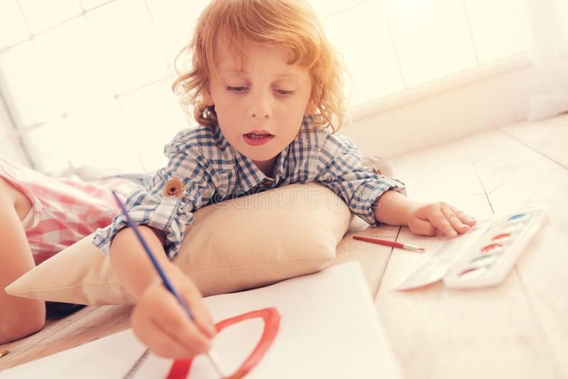 Kreatywnie dziecko obraz na podłoga w domu fotografia royalty free