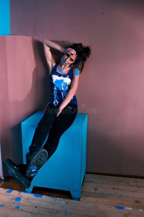Kreatywnie dziewczyny dziewczyna w farby dzikiego zachowania żywej fotografii obrazy royalty free