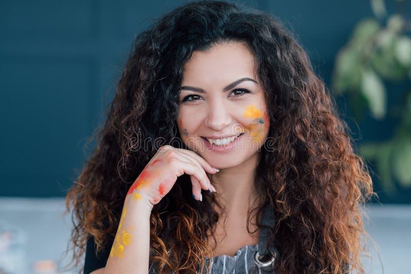 Kreatywnie hobby żeńskiego artysty twarzy piękna farba zdjęcia stock