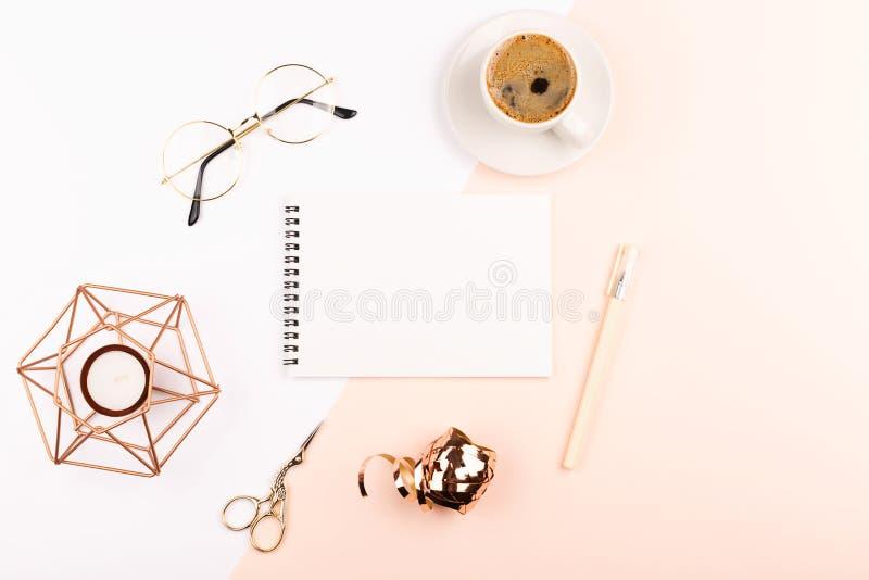 Kreatywnie kobiecy workspace tło fotografia royalty free