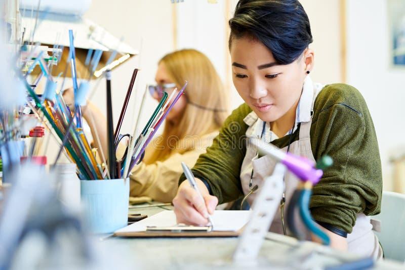Kreatywnie kobieta rysunek w warsztacie obrazy royalty free