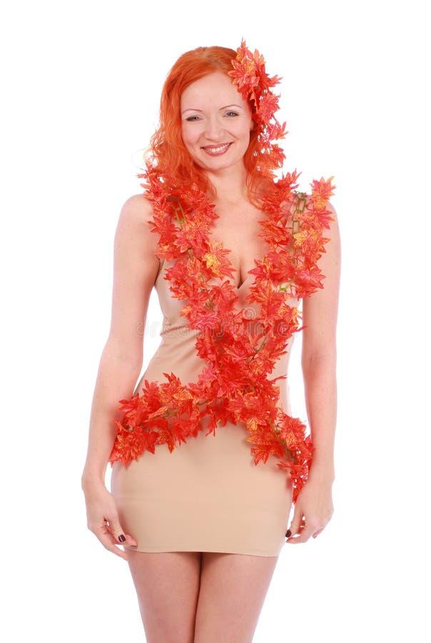 Kreatywnie krótkopęd uśmiechnięta jesieni młoda kobieta z czerwonymi liśćmi obrazy royalty free