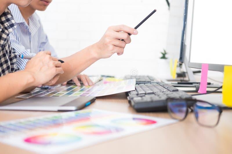 Kreatywnie lub projektant wnętrz praca zespołowa z planami na biurowym biurku, architekci wybiera kolor próbki obraz stock