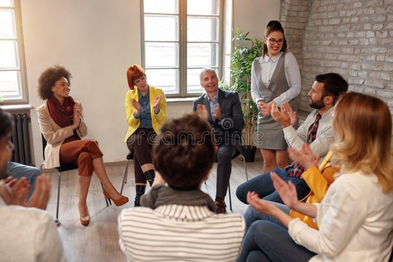 Kreatywnie ludzie biznesu spotyka w okręgu obraz royalty free