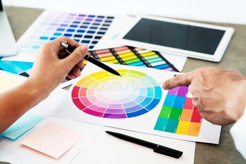 Kreatywnie ludzie drużynowych ludzie biznesu i współpracownicy pracuje wpólnie w biurowej ostrości przy projekta planu współpraco zdjęcia stock