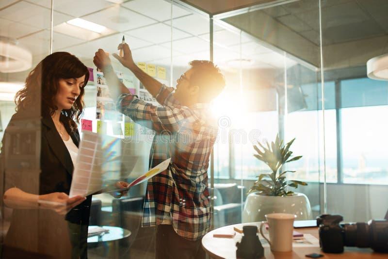 Kreatywnie ludzie pracuje na nowym projekcie obraz stock