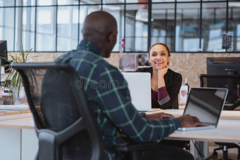 Kreatywnie ludzie pracuje w biurze obraz royalty free