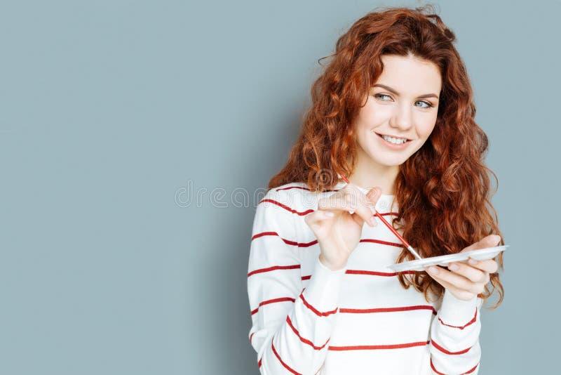 Kreatywnie młoda kobieta wybiera colour zdjęcia stock