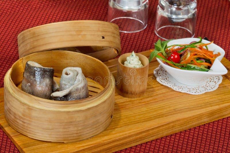 Kreatywnie menu świeży pstrąg w drewnianym pucharze zdjęcia royalty free