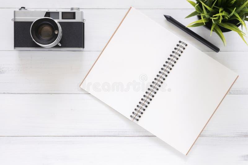 Kreatywnie mieszkania nieatutowa fotografia workspace biurko Biały biurowego biurka drewniany stołowy tło z egzaminem próbnym w g zdjęcie stock