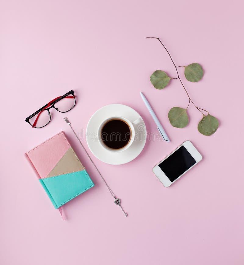 Kreatywnie mieszkania nieatutowy przygotowania na różowym tle obrazy stock