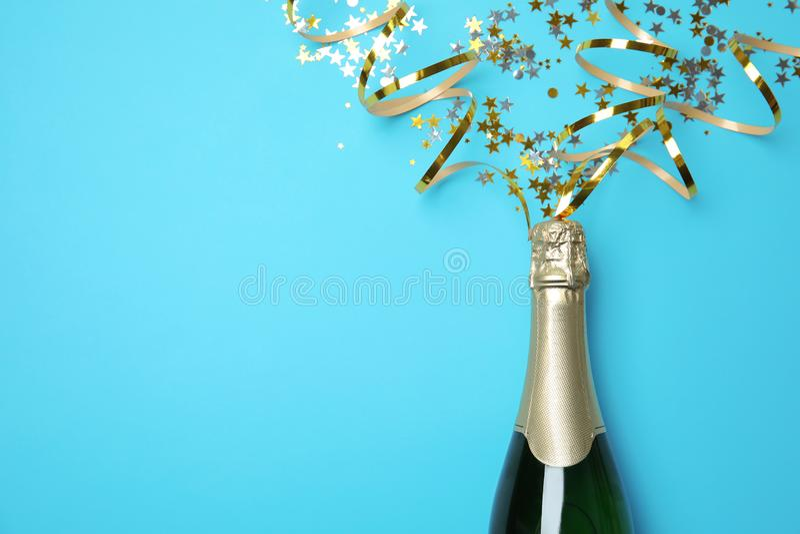 Kreatywnie mieszkania nieatutowy skład z butelką szampan i przestrzeń dla teksta fotografia stock