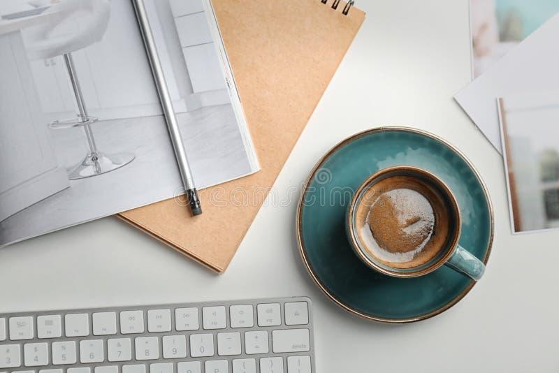 Kreatywnie mieszkania nieatutowy skład z wyśmienicie gorącą kawą obraz royalty free
