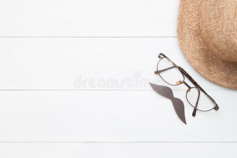 Kreatywnie mieszkania nieatutowy znak wąsy, eyeglasses i słomiany kapelusz, dalej zdjęcia royalty free
