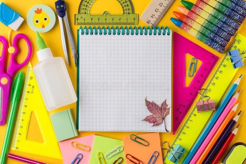Kreatywnie mieszkanie nieatutowy szkoły pojęcie z Notepad z powrotem fotografia stock