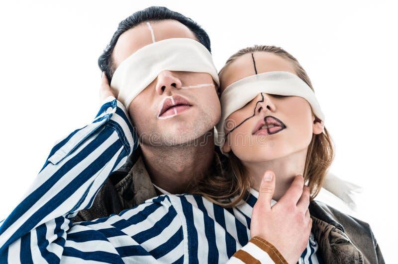 Kreatywnie modele z liniami na twarzach pozuje z opaskami zdjęcia stock