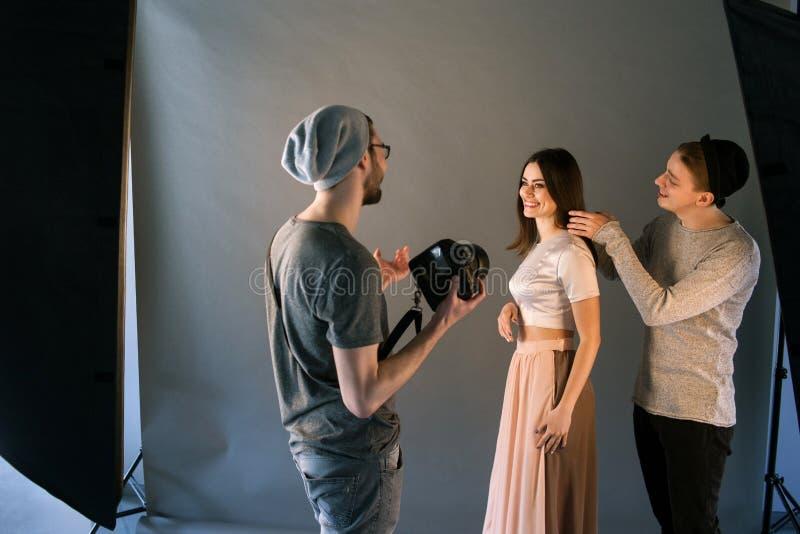 Kreatywnie mody drużyny praca z modelem zdjęcie royalty free