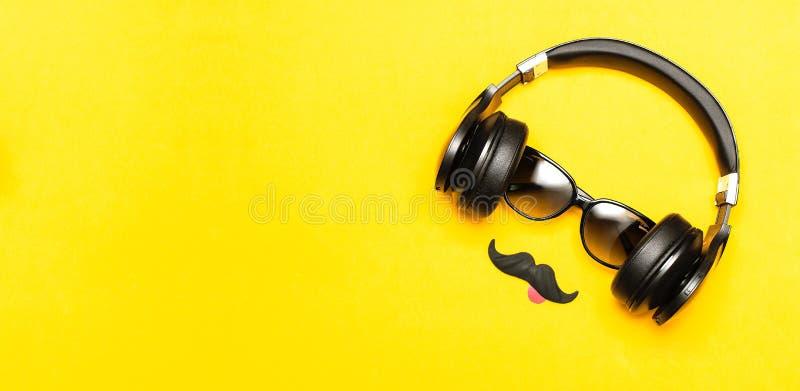 Kreatywnie partyjny dekoracji pojęcie Czarny wąsy, okulary przeciwsłoneczni, hełmofony dla muzyki, wsparcia dla fotografii booths obraz stock