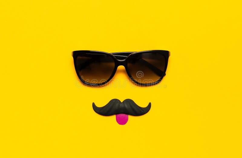 Kreatywnie partyjny dekoracji pojęcie Czarny wąsy, okulary przeciwsłoneczni, wsparcia dla fotografii booths, karnawał bawi się na obrazy stock