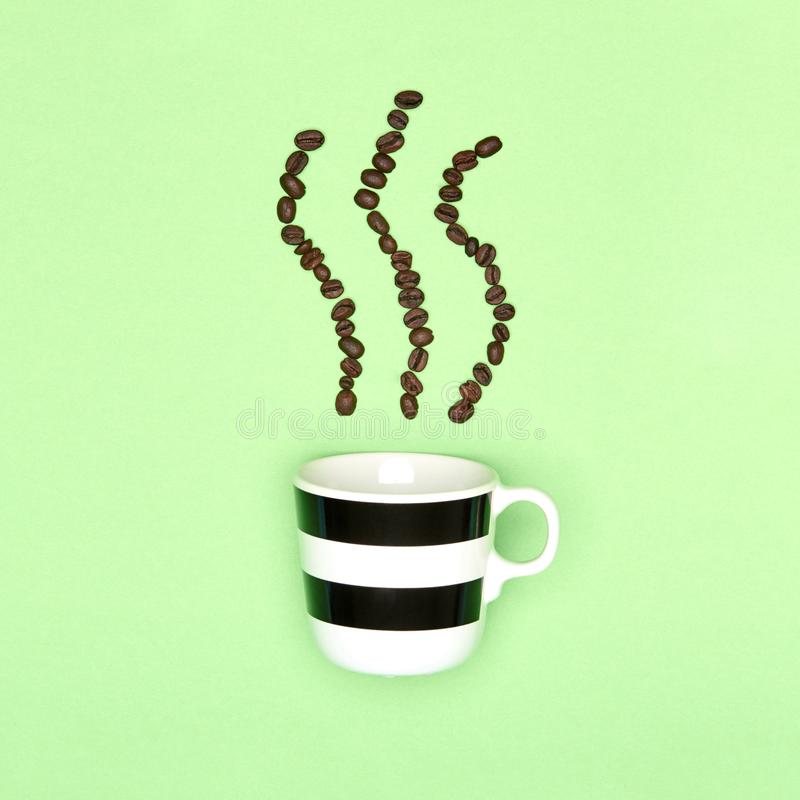 Kreatywnie pastel coloured wystrzał sztuki filiżanki kawy tło Kawowy kubek i piec kawowe fasole zdjęcia stock