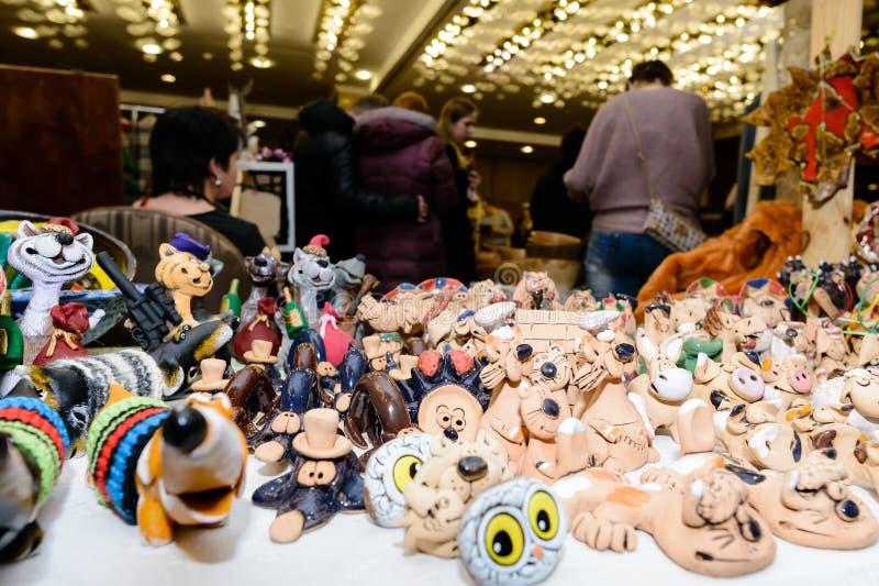 Kreatywnie piękne handmade zabawki od gliny przy stołem przy f obraz stock