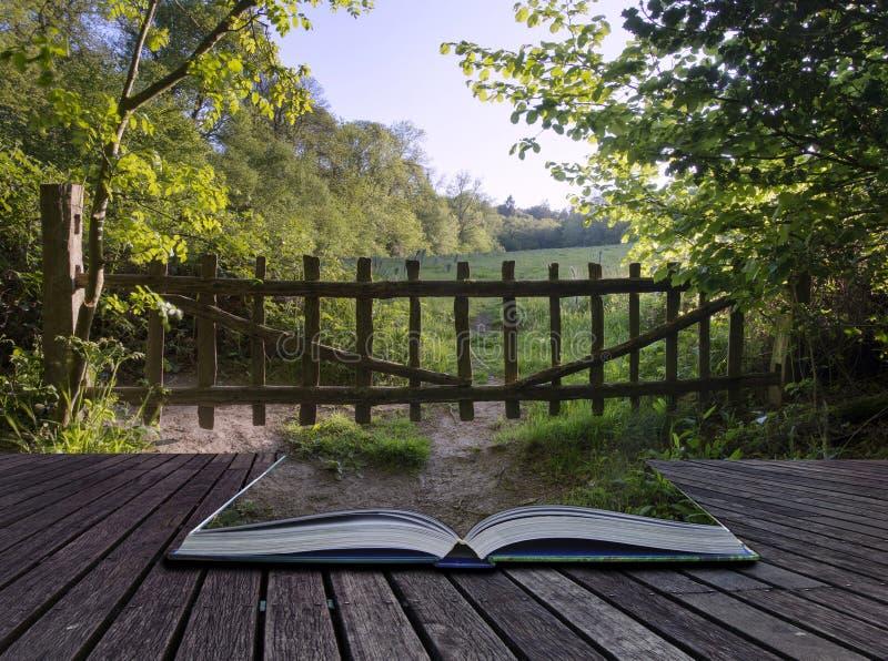 Kreatywnie pojęcie strony książkowej Starej wsi nieociosana brama w fotografia stock